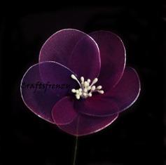 Простой цветок из нейлона по уроку