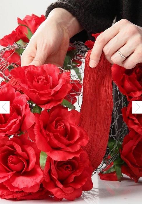 Цветочный абажур из строительной сетки и искусственных цветов (4) (487x700, 120Kb)