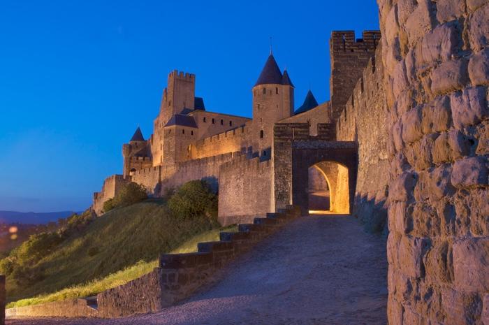 La_cite_medievale_a_la_tombee_de_la_nuit_c_Mairie_de_Carcassonne-2 (700x465, 158Kb)