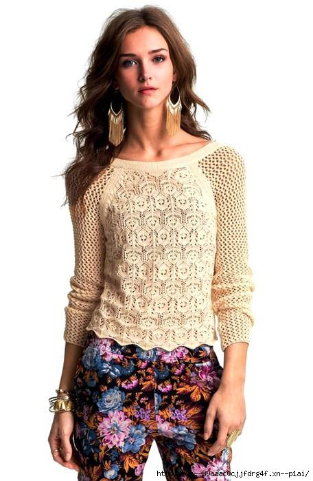 Бежевый ажурный пуловер.