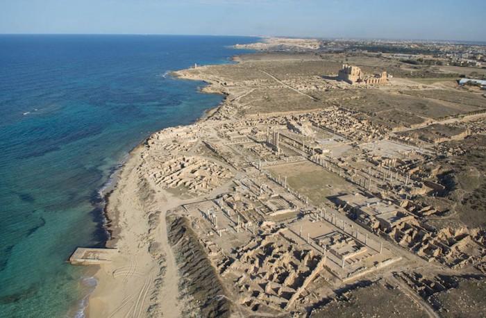 древние руин рима в ливии фото Jason Hawkes 2 (700x458, 112Kb)