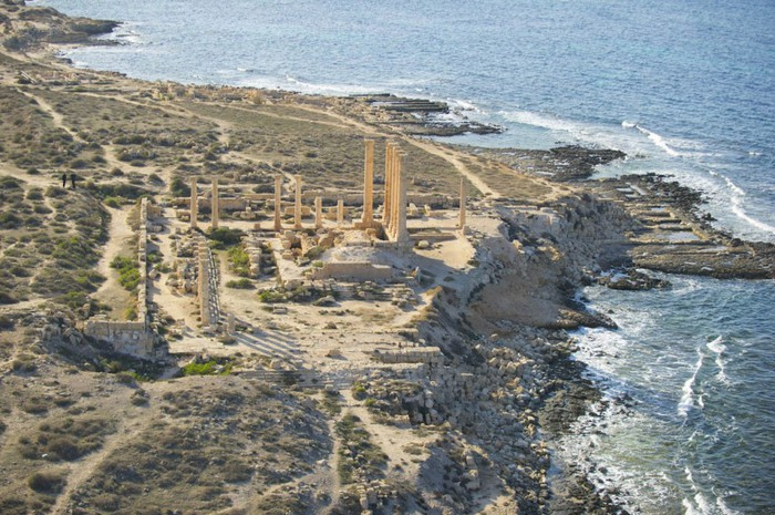 древние руин рима в ливии фото Jason Hawkes 3 (700x465, 135Kb)