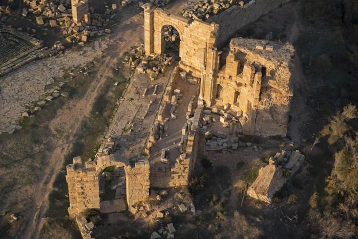 древние руин рима в ливии фото Jason Hawkes 11 (700x466, 113Kb)