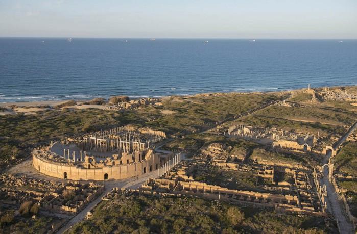 древние руин рима в ливии фото Jason Hawkes 13 (700x459, 105Kb)