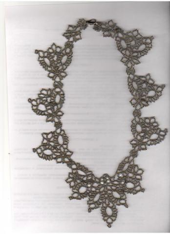 Колье плетется из отдельных элементов, в процессе работы соединяющихся мсежду собой.  Плела по фотографии с (кажется)...