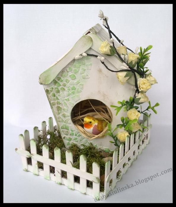 Домик для птички из картона, палочек от мороженого, с мозаикой из яичной скорлупы (1) (594x700, 254Kb)