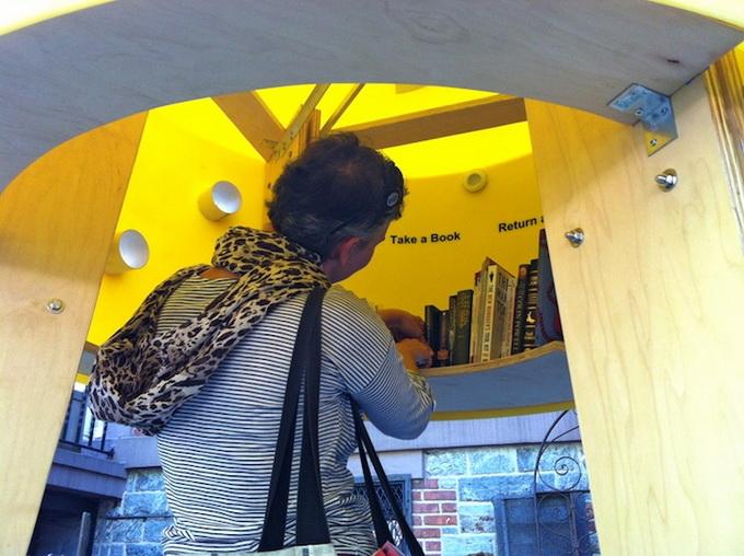 социальный проект уличная библиотека в нью-йорке 2 (680x508, 135Kb)