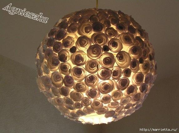 Decoración de una pantalla de lámpara hecha de rosas de papel (4) (572x428, 133Kb)