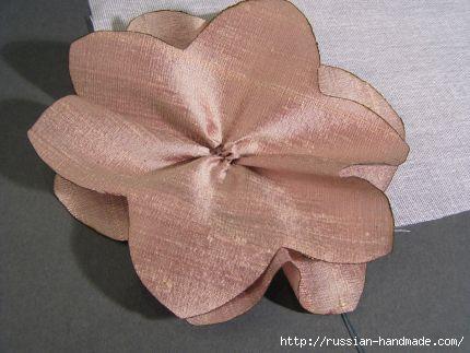 Как сделать цветочек из шелка и органзы. Мастер-класс (17) (430x323, 72Kb)
