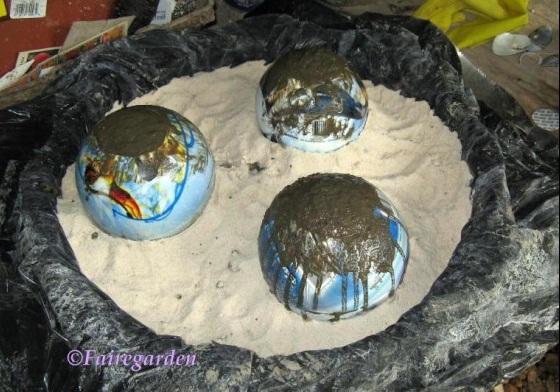 Bolas decorativas feitas de cimento para o jardim.  Oficina de idéias (3) (560x392, 100Kb)