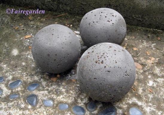 Bolas decorativas feitas de cimento para o jardim.  Oficina de idéias (8) (548x386, 108KB)