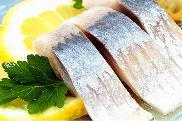 Соленая рыба с лимоном