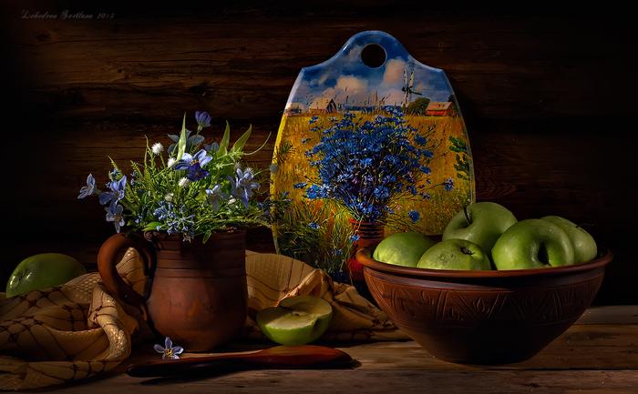 голубые цветы и яблоки (700x433, 241Kb)