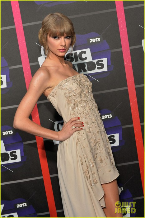 taylor-swift-cmt-music-awards-2013-red-carpet-02 (466x700, 84Kb)