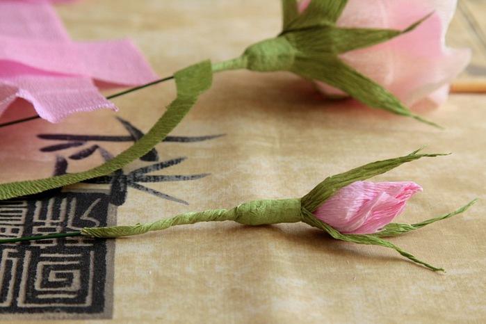 Мастер класс бутон розы из гофрированной бумаги и конфет