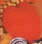 Для вязания подушки в виде сердечка потребуется любая пряжа красного цвета и крючок соответствующего номера.