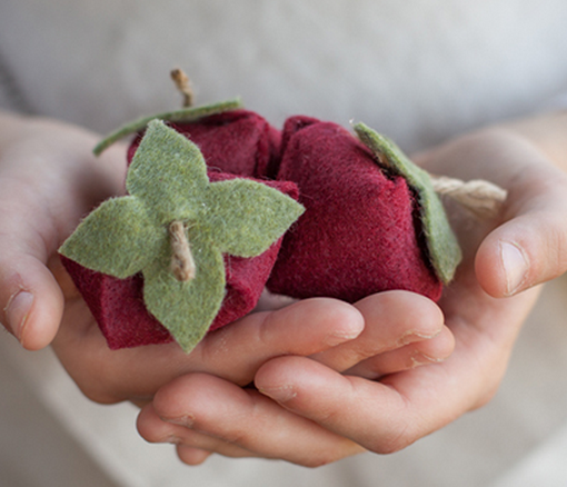 Клубничка и цветы из войлока для украшения подарка. Мастер-класс и шаблон (3) (510x438, 478Kb)