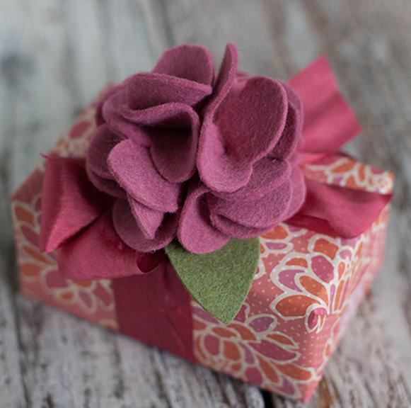 Клубничка и цветы из войлока для украшения подарка. Мастер-класс и шаблон (6) (581x576, 769Kb)