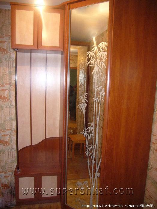 Шкаф угловой в прихожей, с зеркальной дверью и пескоструйным.