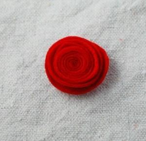 Мастер-классы по созданию цветов из ткани - украшений для маленьких принцесс (53) (300x291, 53Kb)