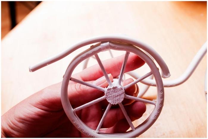 Велосипед из проволоки с кофейным топиарием и корзинкой из газет. Мастер-класс (29) (700x469, 162Kb)