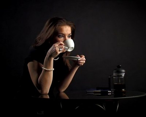 102179105_stockfootagepalthewomandrinkscoffeeandspeaksbyphone (Копировать) (600x480, 23Kb)