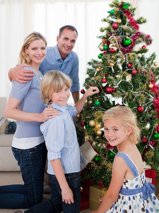 украшаем елку всей семьей/1371796057_bigstock_Portrait_Of_A_Young_Family_Dec_643192221 (524x700, 438Kb)