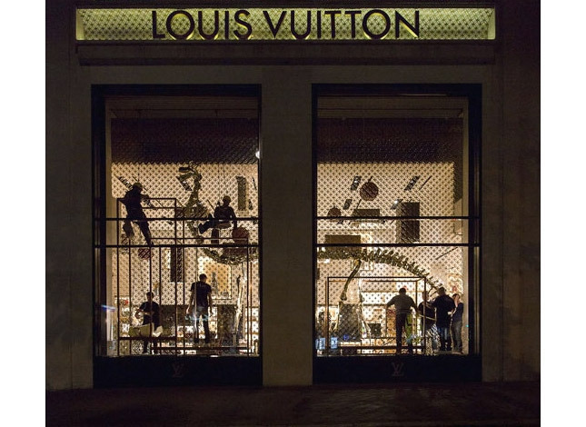 скелеты динозавров в витринах Louis Vuitton 6 (645x470, 203Kb)