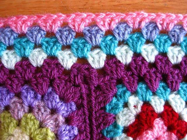 Связать плоскую границу одеяла из квадратных мотивов крючком по уроку