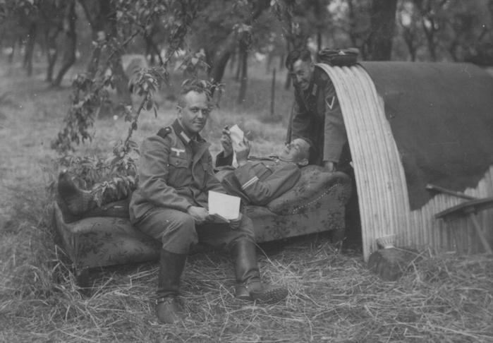 Солдаты 308-го пехотного полка вермахта на отдыхе на территории Франции (700x486, 105Kb)