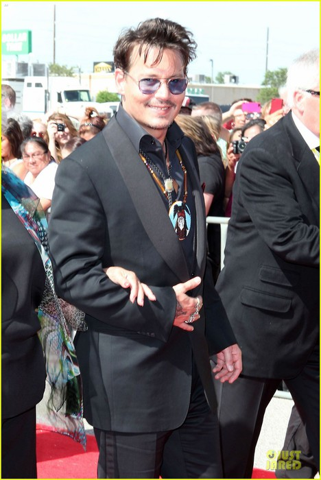 johnny-depp-the-lone-ranger-surprise-screening-appearance-06 (468x700, 82Kb)
