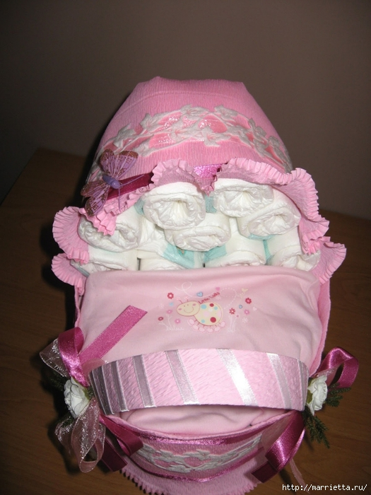 Подарок для новорожденного. КОЛЯСКА ИЗ ПАМПЕРСОВ. Мастер-класс (53) (525x700, 244Kb)