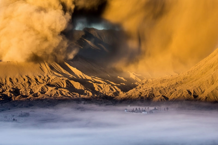 temple-at-the-foot-of-mount-bromo (700x466, 187Kb)