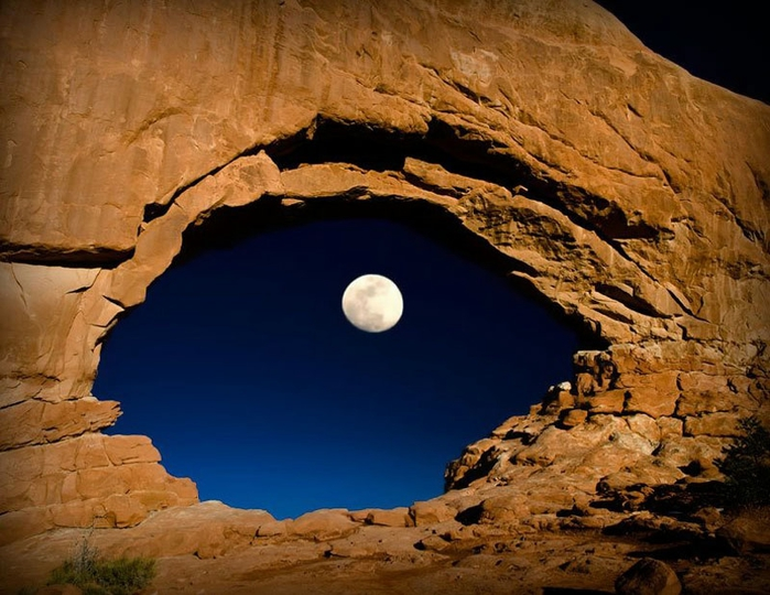 the-moon-through-north-window-arches-national-park-utah-united-states (700x540, 277Kb)