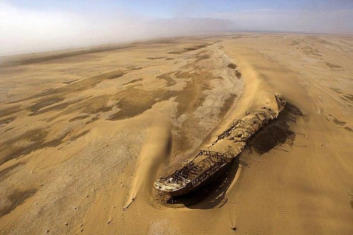 корабль Эдвард Болен в пустыне намиб фото 1 (700x466, 219Kb)