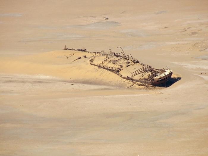 корабль Эдвард Болен в пустыне намиб фото 3 (700x525, 205Kb)