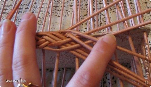 плетение из газет. загибка края косичкой (12) (520x300, 94Kb)