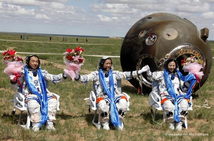 Космонавты вернулись на землю (Spacemen return to earth)