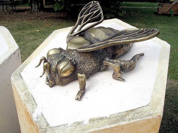 памятник пчеле в мосве фото 1 (600x450, 331Kb)