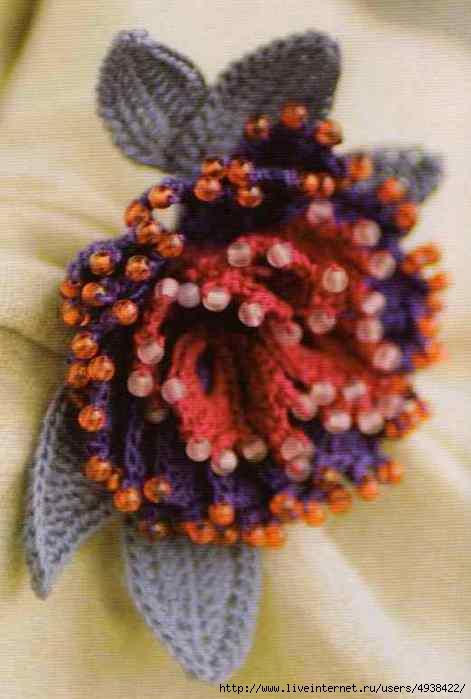 Брошь-цветок связана крючком и