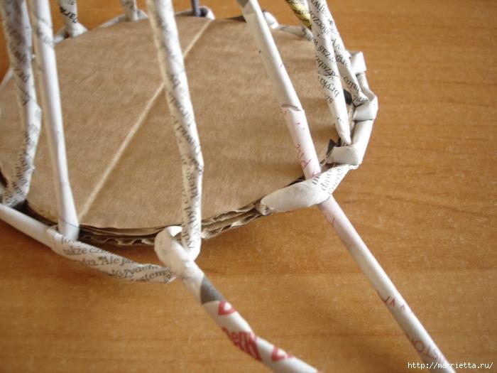 Плетение из газет. Подробный фото мастер-класс по плетению корзинки ЯБЛОЧКА (11) (700x525, 252Kb)