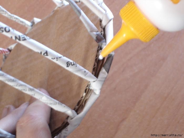 Плетение из газет. Подробный фото мастер-класс по плетению корзинки ЯБЛОЧКА (13) (700x525, 217Kb)
