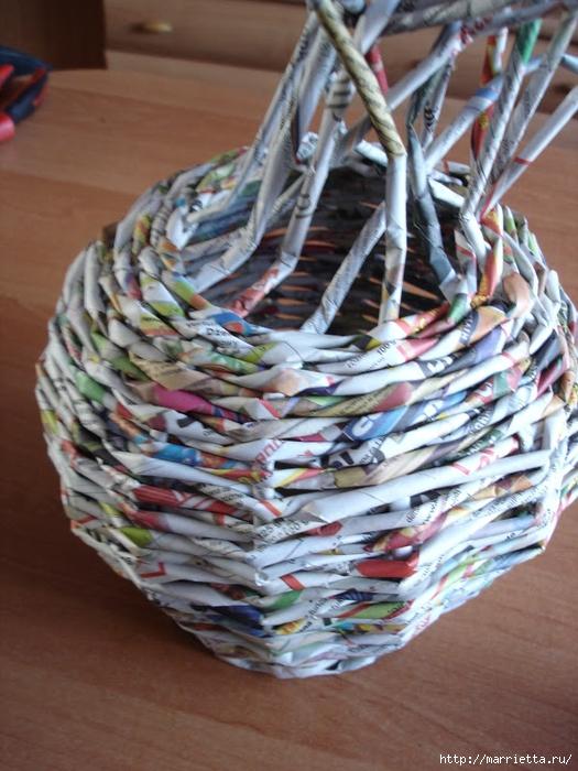 Плетение из газет. Подробный фото мастер-класс по плетению корзинки ЯБЛОЧКА (21) (525x700, 305Kb)