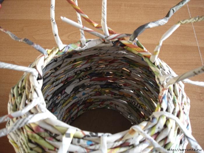 Плетение из газет. Подробный фото мастер-класс по плетению корзинки ЯБЛОЧКА (22) (700x525, 298Kb)