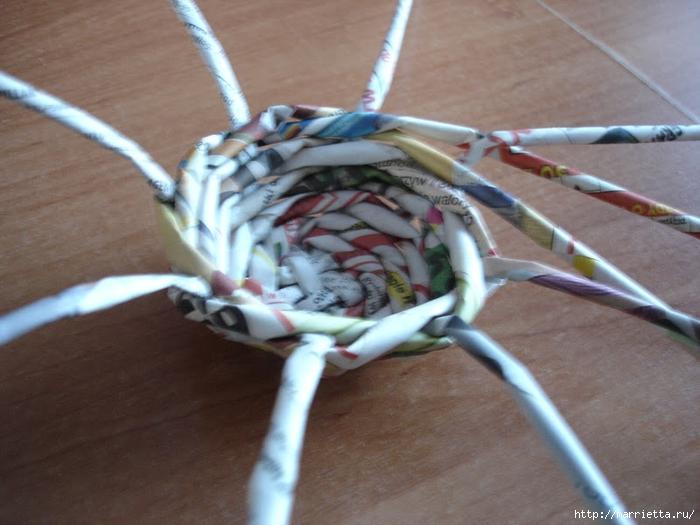 Плетение из газет. Подробный фото мастер-класс по плетению корзинки ЯБЛОЧКА (37) (700x525, 258Kb)
