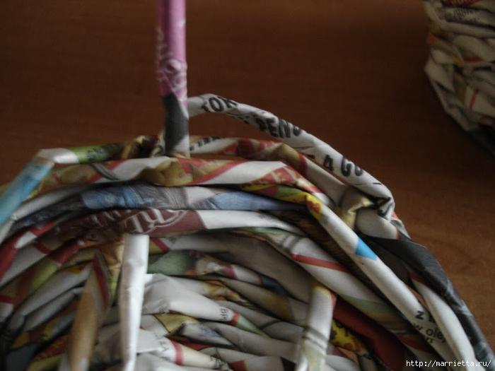 Плетение из газет. Подробный фото мастер-класс по плетению корзинки ЯБЛОЧКА (41) (700x525, 233Kb)