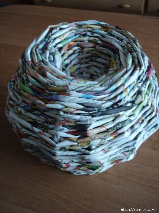 Плетение из газет. Подробный фото мастер-класс по плетению корзинки ЯБЛОЧКА (46) (525x700, 293Kb)