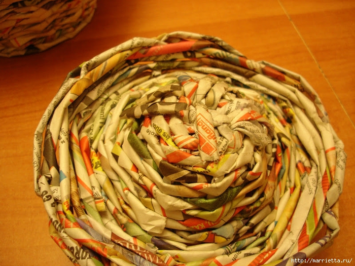 Плетение из газет. Подробный фото мастер-класс по плетению корзинки ЯБЛОЧКА (72) (700x525, 323Kb)