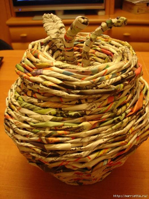 Плетение из газет. Подробный фото мастер-класс по плетению корзинки ЯБЛОЧКА (73) (525x700, 329Kb)