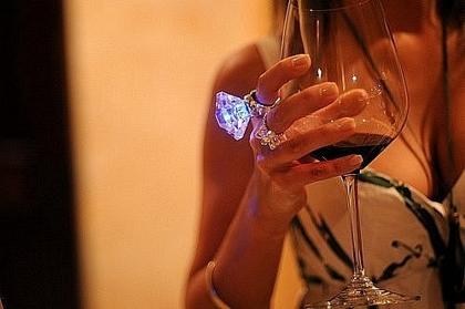 женщина и вино (420x279, 83Kb)